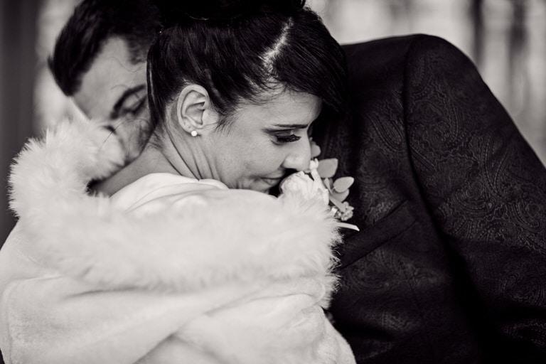 photos de couple lors d'un mariage hivernale, en noir et blanc.