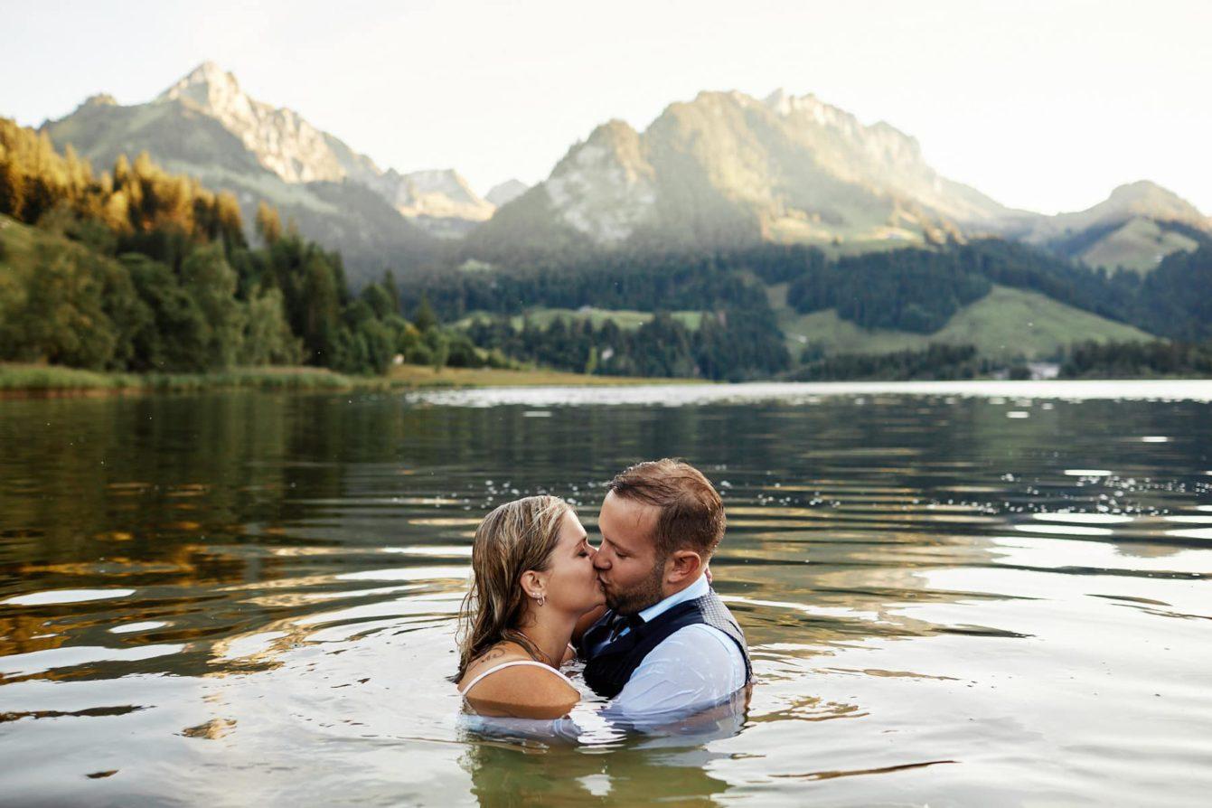 photos mariage coucher de soleil bord du lac