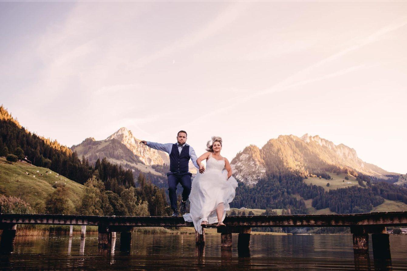 mariés qui sautent dans l'eau