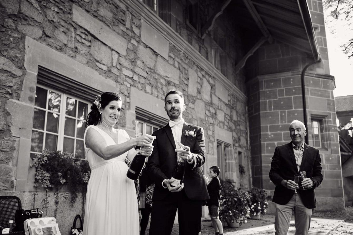 Les mariés ouvrent le champagne