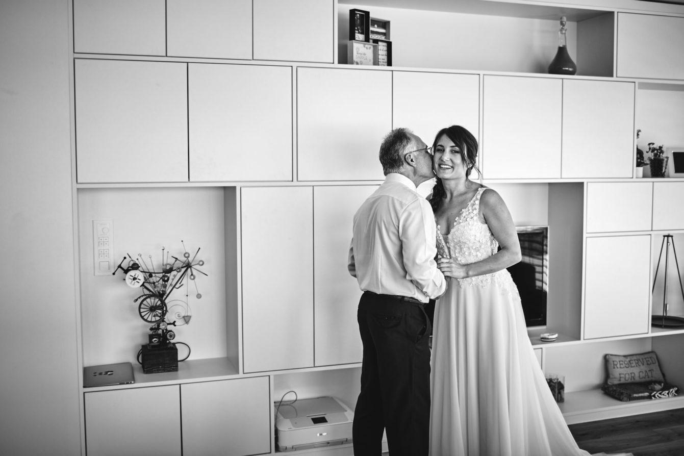 Le ppa voit pour la première fois sa fille en robe de mariée