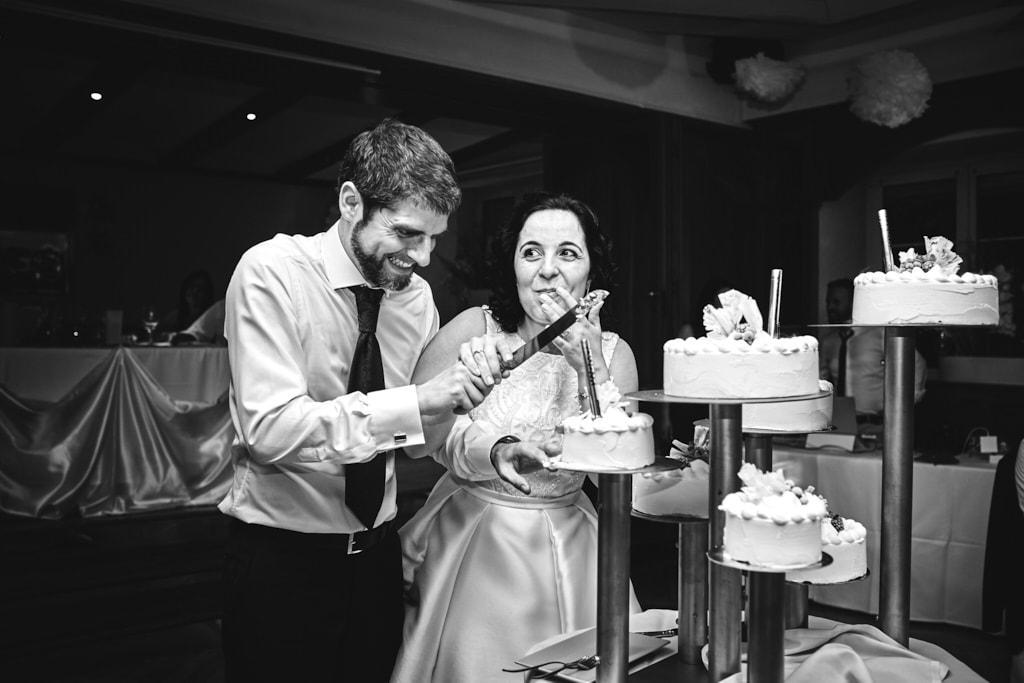 Coupe du gâteau de mariage
