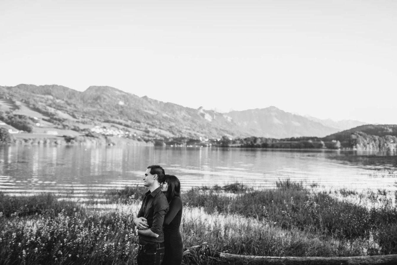 Photo couple bord du lac Gruyère en noir et blanc