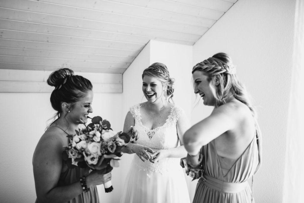 Préparatifs de la mariés avec ses témoins