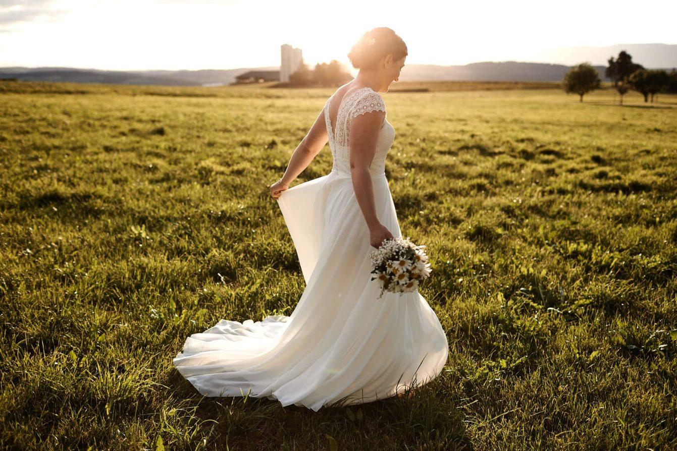 La mariée toute seule au coucher du Soleil