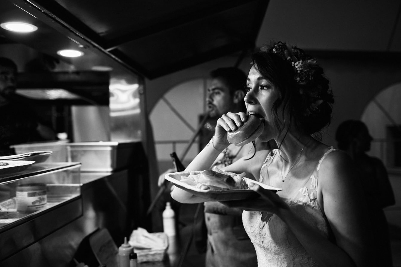 La mariée et son hamburger