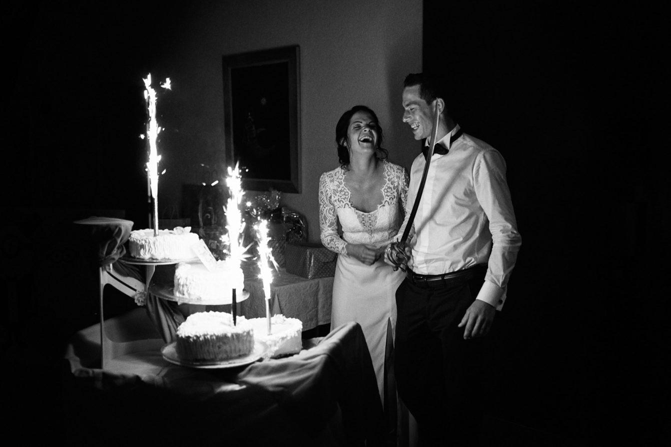Coupe de gâteau mariage en noir et blanc