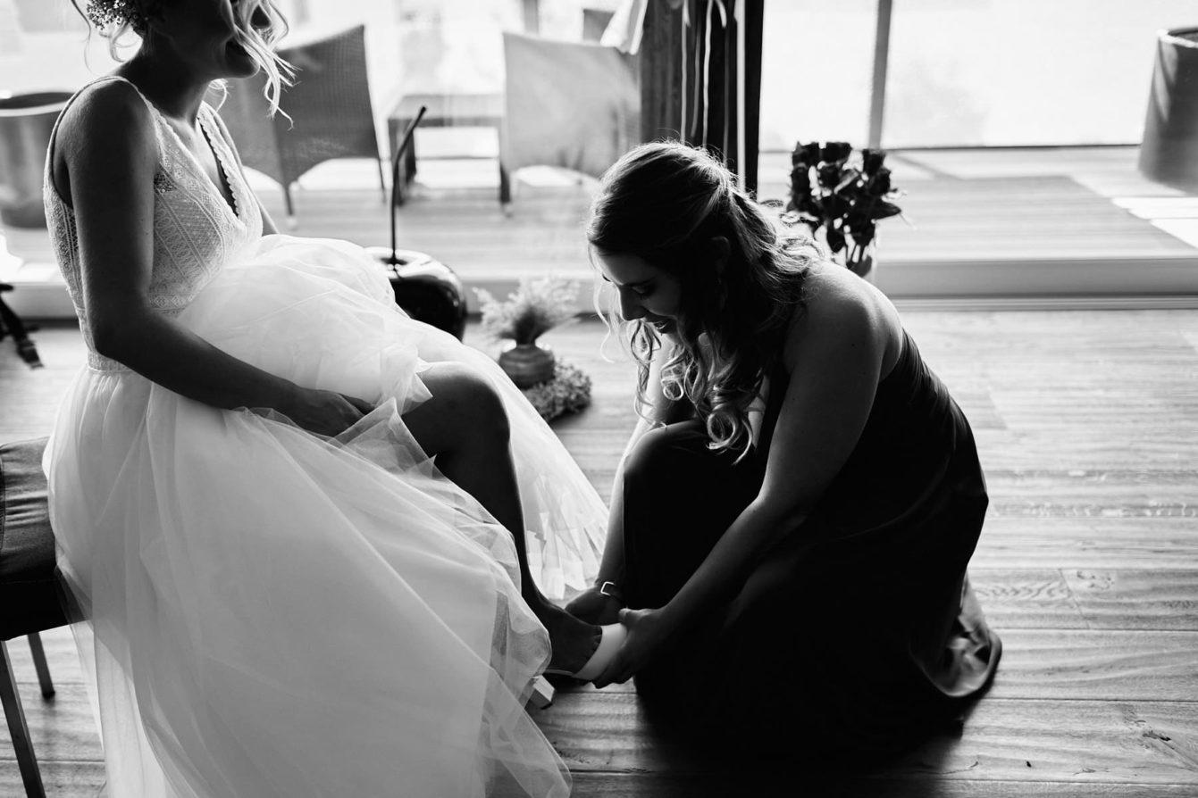 Préparatifs de la mariée aidée de sa témoin